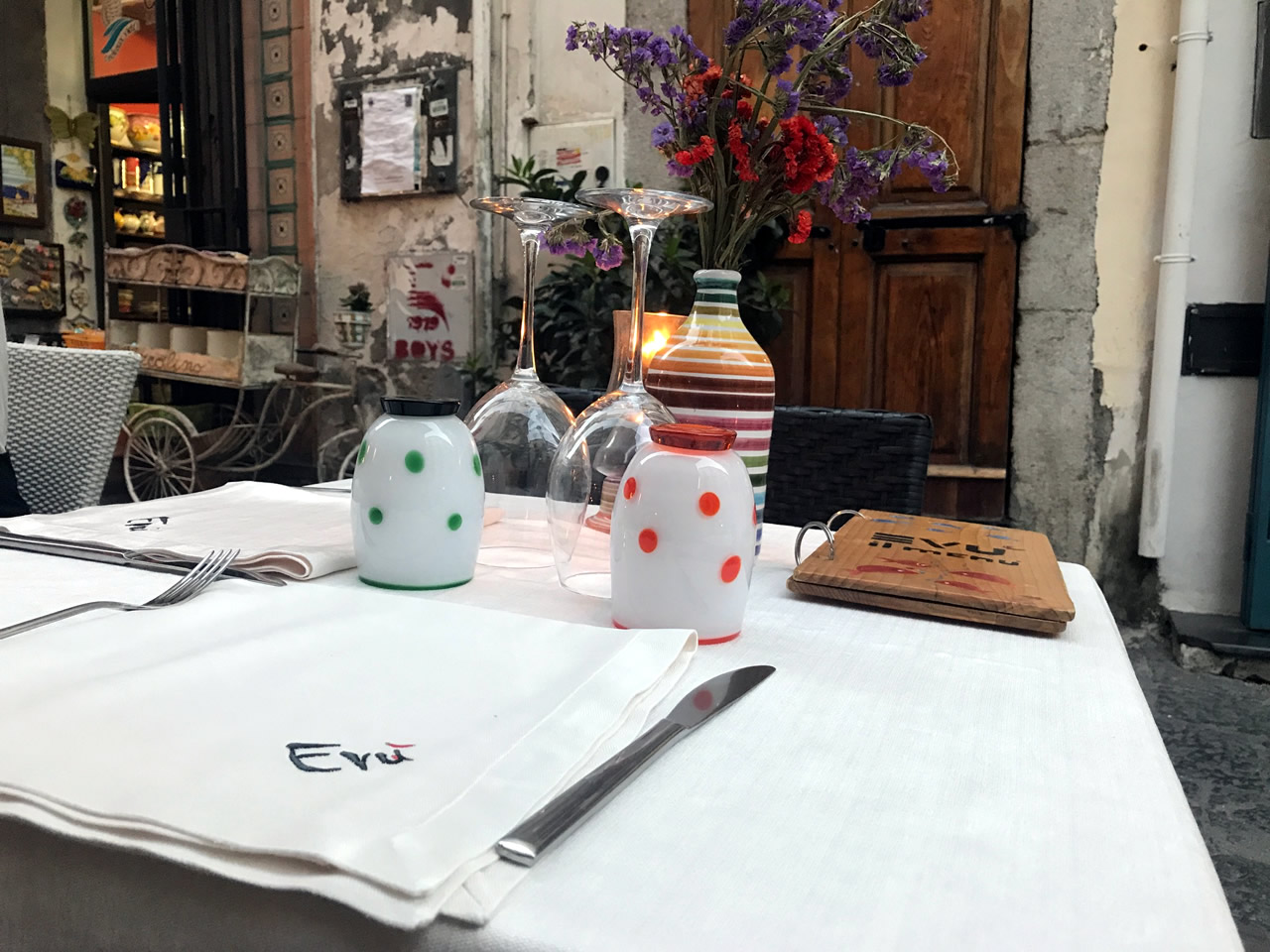 Tra scorci pittoreschi e maioliche scopriamo nel borgo di Vietri Evù